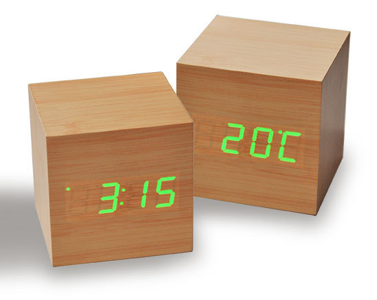 einzigartiger wecker wood cube 1 braun mit gr ner led beleuchtung. Black Bedroom Furniture Sets. Home Design Ideas